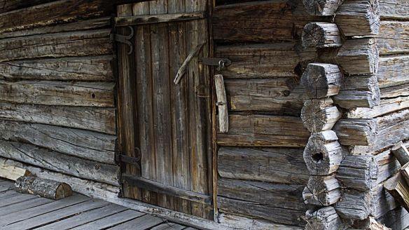Muurame+saunakylä+sauna+ovi+hirsi